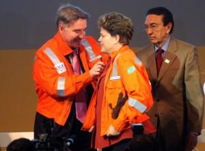 A presidente Dilma Rousseff participa da extração do primeiro óleo da empresa LLX do empresário Eike Batista, em São João da Barra no norte fluminense.