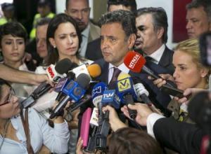 Senador Aécio Neves concede entrevista em Caracas.  18/6/2015.  REUTERS/Marco Bello