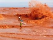Data: 25/01/2016 - Linhares - Pescador joga tarrafa na foz do Rio Doce contaminada pelo barro - Editoria: Opinião - Foto: Hauley Valim - GZ