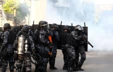 LINS7950 - RIO DE JANEIRO - RJ - 24/05/2017 - CRISE DO RIO / ALERJ - ECONOMIA OE - O Movimento Unificado dos Servidores do Estado realizou ato em frente à Assembléia Legislativa do Estado do Rio de Janeiro (ALERJ) na tarde desta quarta-feira, 24, no centro do Rio. A manifestação aconteceu durante a votação do projeto de lei que eleva a contribuição previdenciária dos servidores públicos, uma das medidas de ajuste proposta pelo governo de Luiz Fernando Pezão (PMDB). FOTO: FABIO MOTTA/ESTADAO