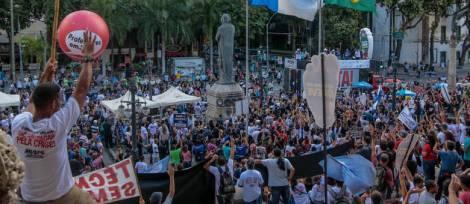 RJ - PROTESTO/SERVIDORES/RIO - GERAL - Servidores públicos estaduais realizam um ato em frente da Assembleia Legislativa do Estado do Rio de Janeiro (ALERJ) no centro da capital, nesta quinta-feira (17), para reivindicar o reajuste de 2015, o não congelamento dos salários e melhorias na saúde, educação e segurança do Estado. 17/03/2016 - Foto: DANIEL SCELZA/ESTADÃO CONTEÚDO