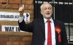 ARA15 LONDRES (REINO UNIDO) 08/06/2017.- El líder laborista Jeremy Corbyn saluda antes de ejercer su derecho al voto en un colegio electoral en el distrito de Islington en Londres (Reino Unido) hoy, 8 de junio de 2017. EFE/Andy Rain
