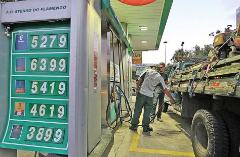 Caminhão é abastecido a diesel em posto da Petrobras no Rio de Janeiro
