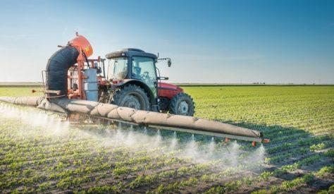 Trator-jogando-pesticidas-ciclovivo-696x405
