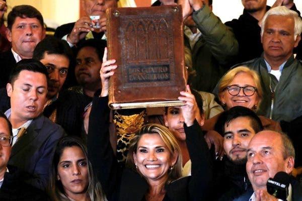 bolivia-presidenta-jeanine-biblia-600x400